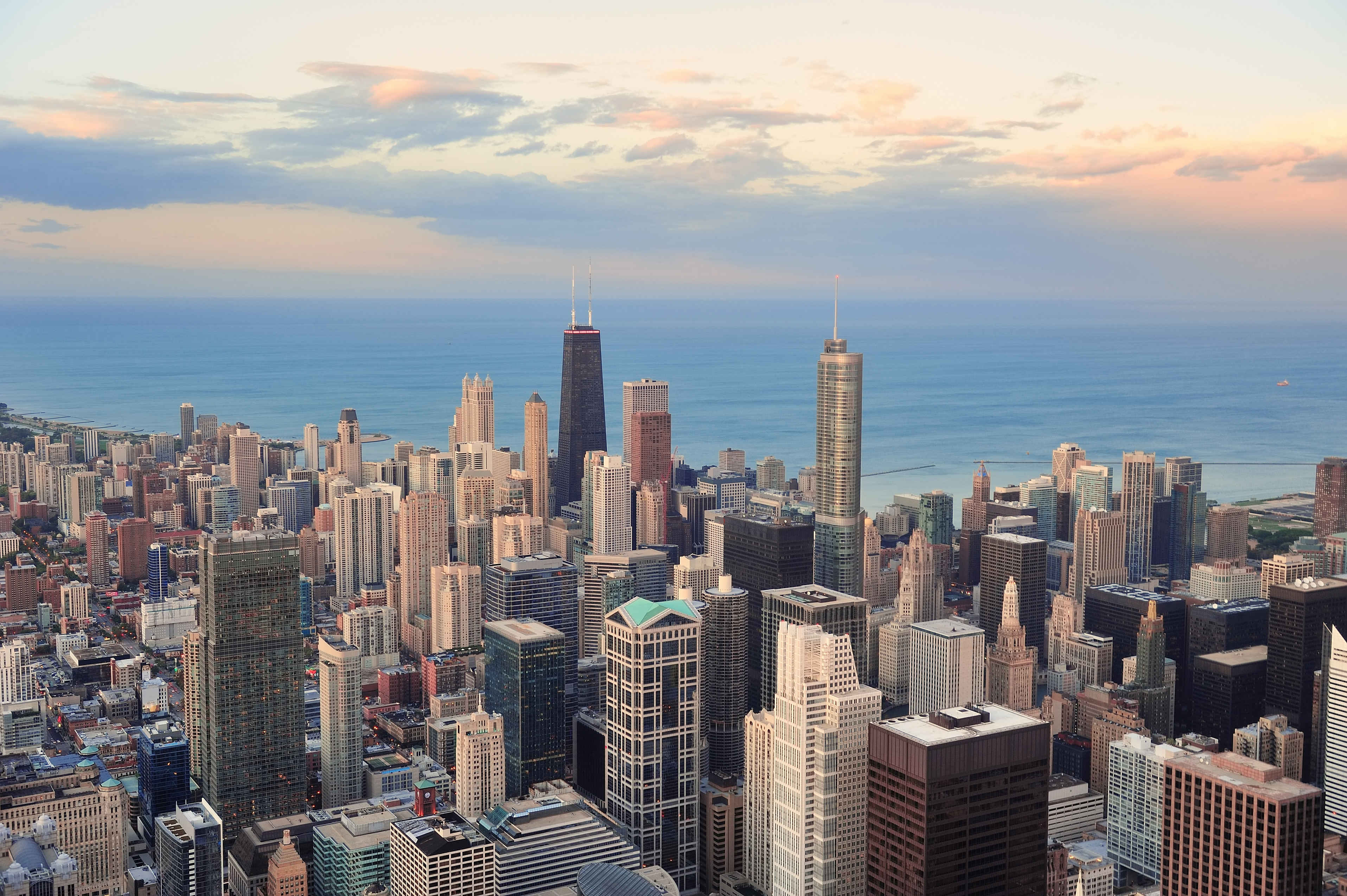 Skyline of downtown Chicago featuring skyscrapers and Lake Michigan.